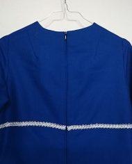 hjemmesyet-kjole-70er-kongeblaa-soelv-genbrug-trend-bagfra-detalje