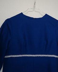 hjemmesyet-kjole-70er-kongeblaa-soelv-genbrug-trend-detalje