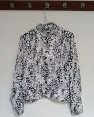 saet-skjorte-og-nederdel-pufaermer-plisse-moenster-genbrug-trend