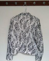 saet-skjorte-og-nederdel-pufaermer-plisse-moenster-genbrug-trend-bagfra