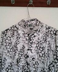 saet-skjorte-og-nederdel-pufaermer-plisse-moenster-genbrug-trend-detalje