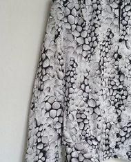 saet-skjorte-og-nederdel-pufaermer-plisse-moenster-genbrug-trend-detalje-2