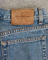 calvin-klein-shorts-denim-90s-hoejtaljede-genbrug-trend-naerbillede