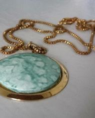 Halskæde – Guld – Medaljon – Marmor – Mint – Retro – Genbrug – Trend – Mie Arida – Detalje