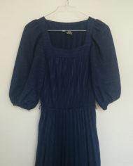 Kjole – Marineblå – Plisse – 70'er – Retro – Genbrug – Mie Arida – Nærbillede