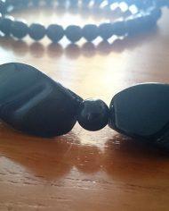 halskaede-sort-plastik-lang-retro-genbrug-trend-naerbillede