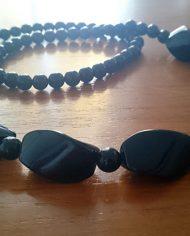 halskaede-sort-plastik-lang-retro-genbrug-trend-naerbillede-2
