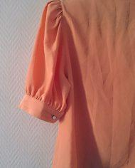 skjortebluse-pufaermer-dobbelradet-laksefarvet-genbrug-trend-bagfra