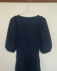 Kjole – Marineblå – Plisse – 70'er – Retro – Genbrug – Mie Arida – Nærbilled Bag